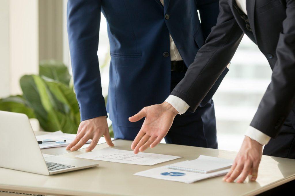 不動産会社と売買のための契約をかわす